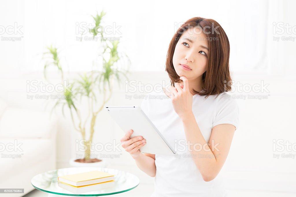 Mulher usando um tablet foto de stock royalty-free