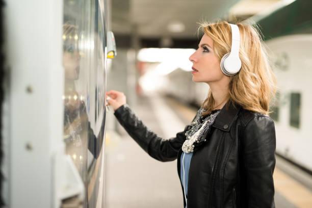 Frau mit einem Automaten – Foto
