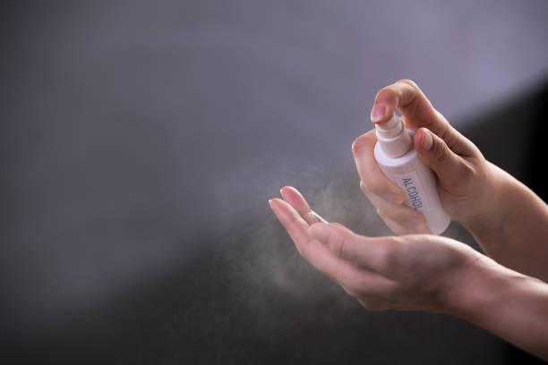 kvinna som använder antibakteriell handdesinfektionsmedel - resistance bacteria bildbanksfoton och bilder