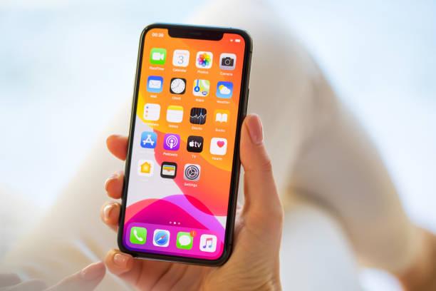frau mit apple iphone 11 pro smartphone - smartphone stock-fotos und bilder