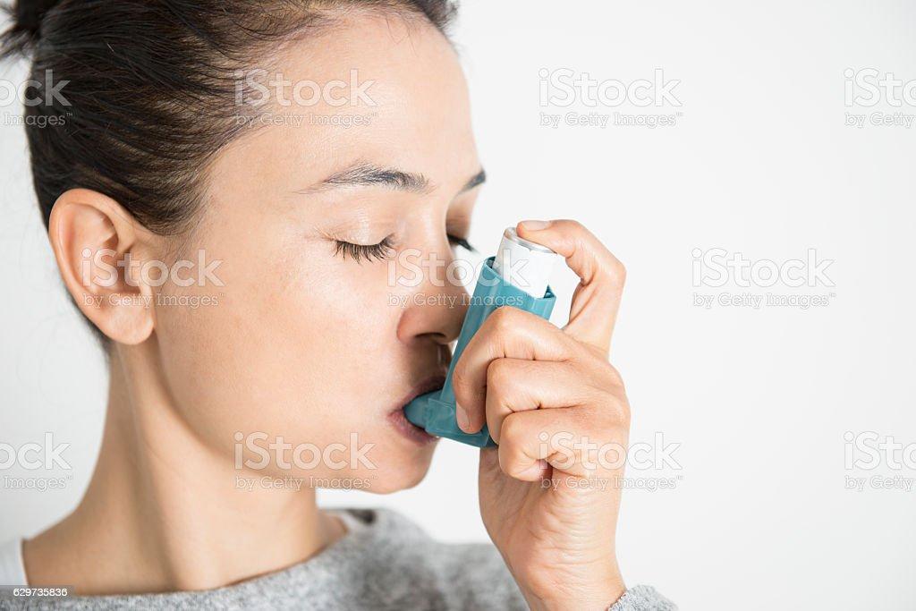 Frau mit Asthmainhalator – Foto