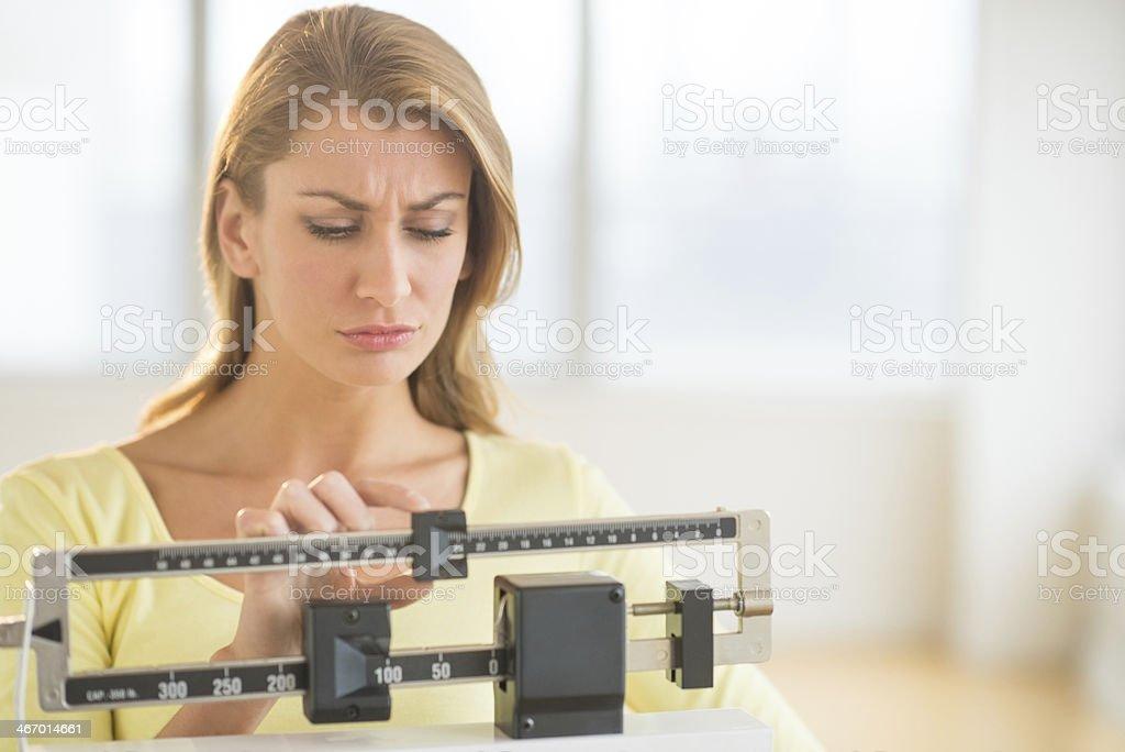Mujer usando equilibrio báscula en el gimnasio - foto de stock