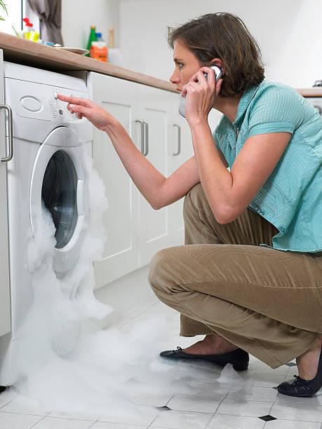 Frau mit Handy wie Waschmaschine overflows – Foto