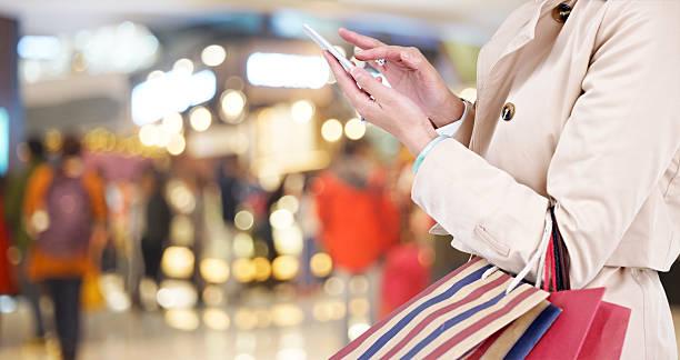 mulher com telefone celular enquanto compras - online shopping imagens e fotografias de stock