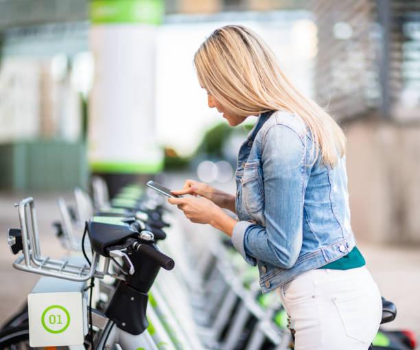 Frau mit City-Bike-Verleih Service vor Ort – Foto