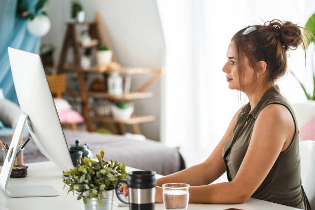 Frau mit Computer im Home Office – Foto