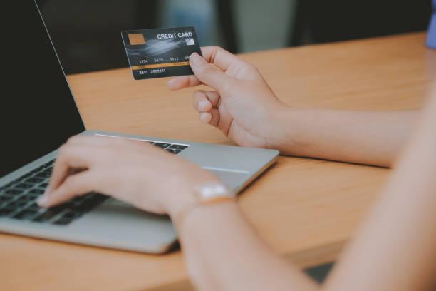 Frau mit Computer & Kreditkarte für Online-Shopping – Foto