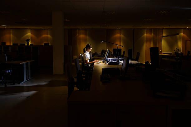Frau mit Computer In dunklen Büro – Foto