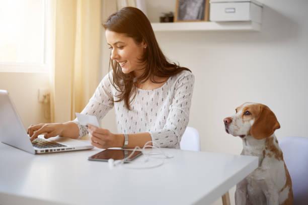 Frau mit Kreditkarte für Online-shopping – Foto