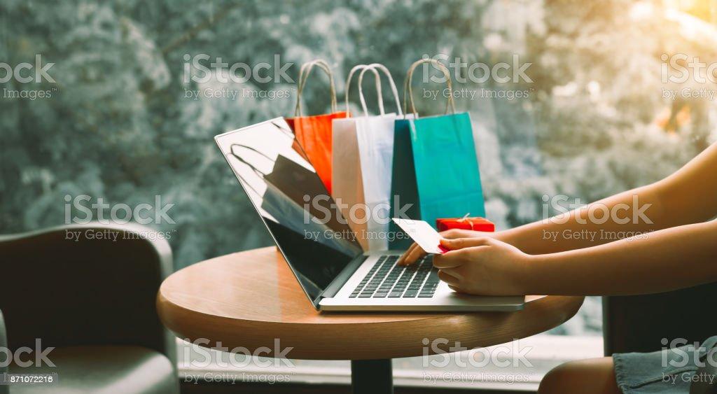 Frau mit Kreditkarte einkaufen Online-Konzept im Café. – Foto