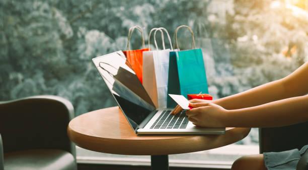 frau mit kreditkarte einkaufen online-konzept im café. - belohnung stock-fotos und bilder