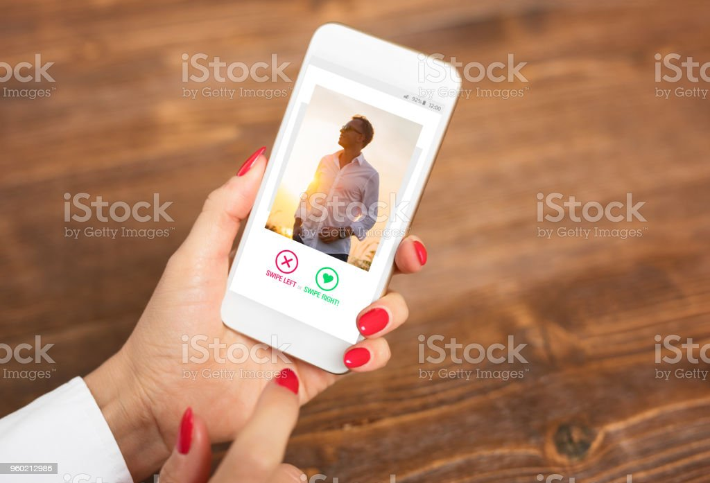 Vrouw met behulp van dating app en veeg gebruikerfoto 's - Royalty-free Aanbrengen Stockfoto