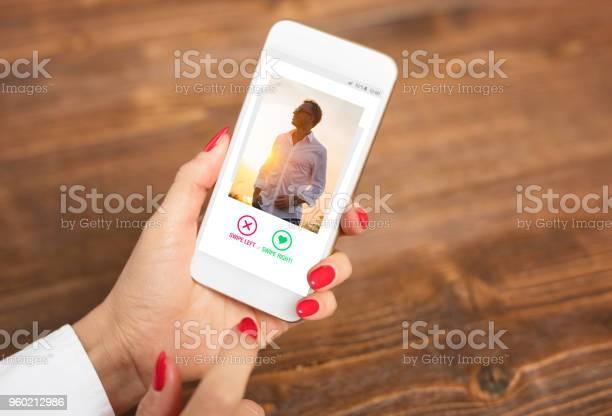 Vrouw Met Behulp Van Dating App En Veeg Gebruikerfoto S Stockfoto en meer beelden van Aanbrengen