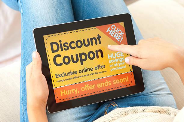 frau mit ermäßigung auf einen tablet pc - damen jeans sale stock-fotos und bilder