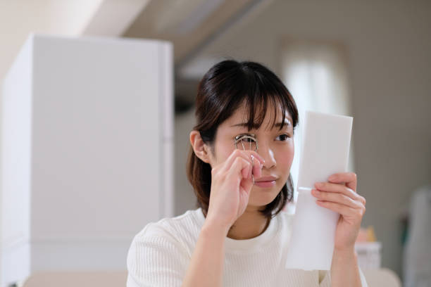 사용 중인 여성 속눈썹 컬러 - 속눈썹 컬러 뉴스 사진 이미지