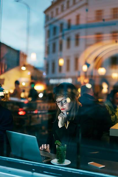 Frau mit kostenlosem W-LAN im Café – Foto