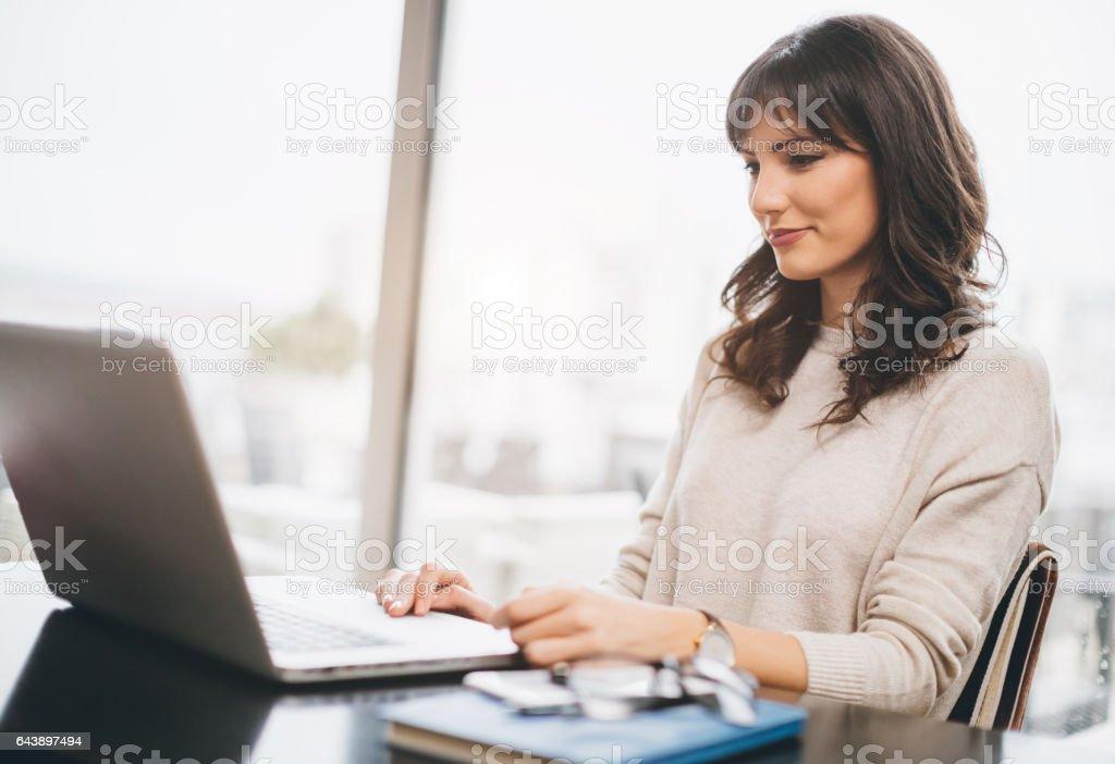 Frau mit Ihrem laptop – Foto