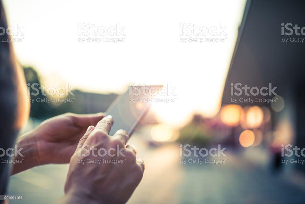 Frau mit Ihrem Handy auf der Straße – Foto