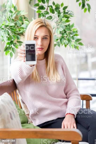 Kobieta Za Pomocą Swojego Telefonu Komórkowego - zdjęcia stockowe i więcej obrazów 20-29 lat