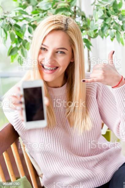 여자 자신의 휴대전화를 사용 20-29세에 대한 스톡 사진 및 기타 이미지