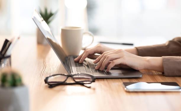 カフェでパソコンを使っている女性 - パソコン ストックフォトと画像
