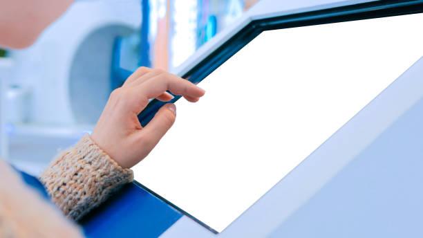 femme utilisant l'affichage interactif d'écran tactile au spectacle urbain - écran tactile photos et images de collection