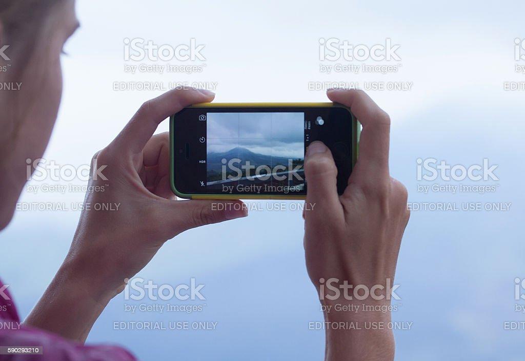Женщина с помощью iPhone Стоковые фото Стоковая фотография