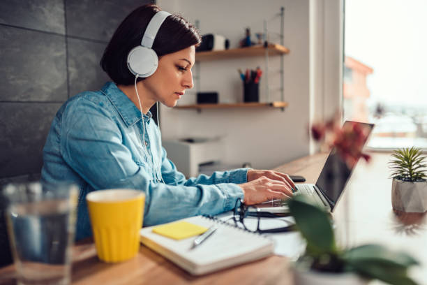Frau mit Laptop und Musik auf einem Kopfhörer – Foto