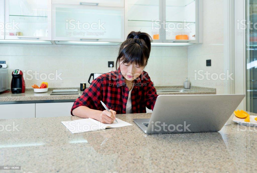 Frau mit Laptop und lächelnd in der Küche – Foto