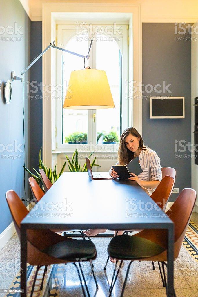 Femme à l'aide d'ordinateur portable à la maison  photo libre de droits