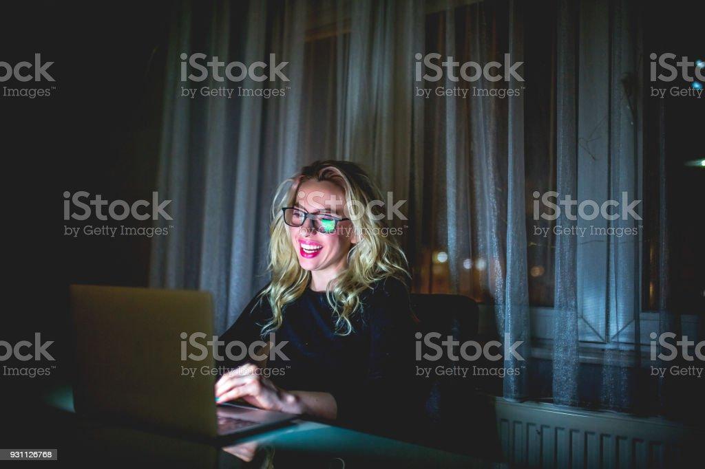 Dizüstü evde kullanan kadın - Royalty-free 20'lerinde Stok görsel
