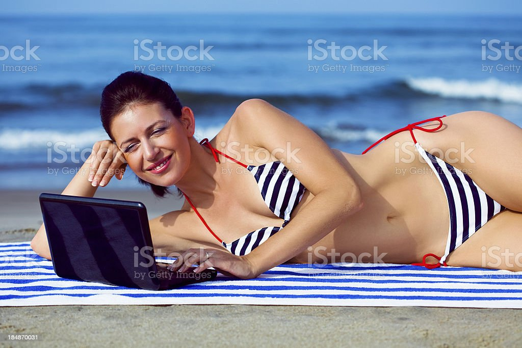 Frau mit laptop am Strand Lizenzfreies stock-foto