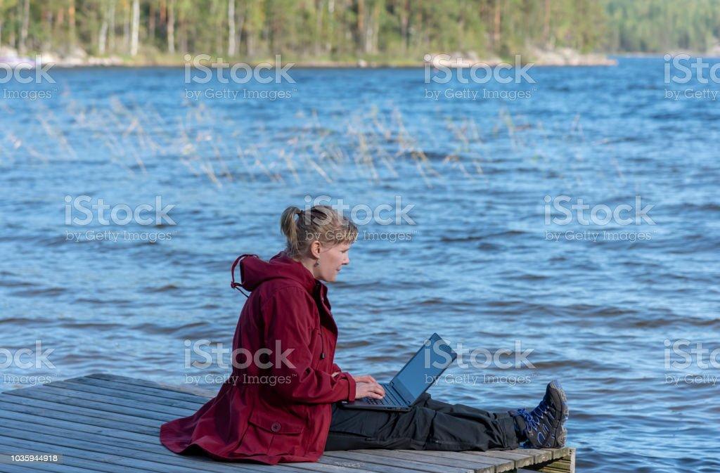 7b259b8c441d Frau Mit Laptop Im Freien Am Strand Stockfoto und mehr Bilder von ...