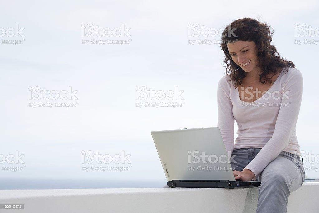 Mulher usando computador portátil foto de stock royalty-free