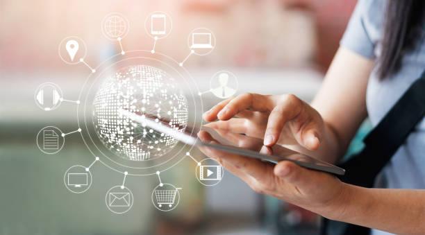Frau, mit mobilen Zahlungen online-shopping und Symbol Kunde Netzwerkverbindung auf Bildschirm, m-Banking und Omni-Kanal – Foto