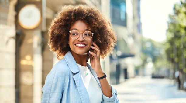 Frau mit Handy am Bürgersteig in Stadt – Foto