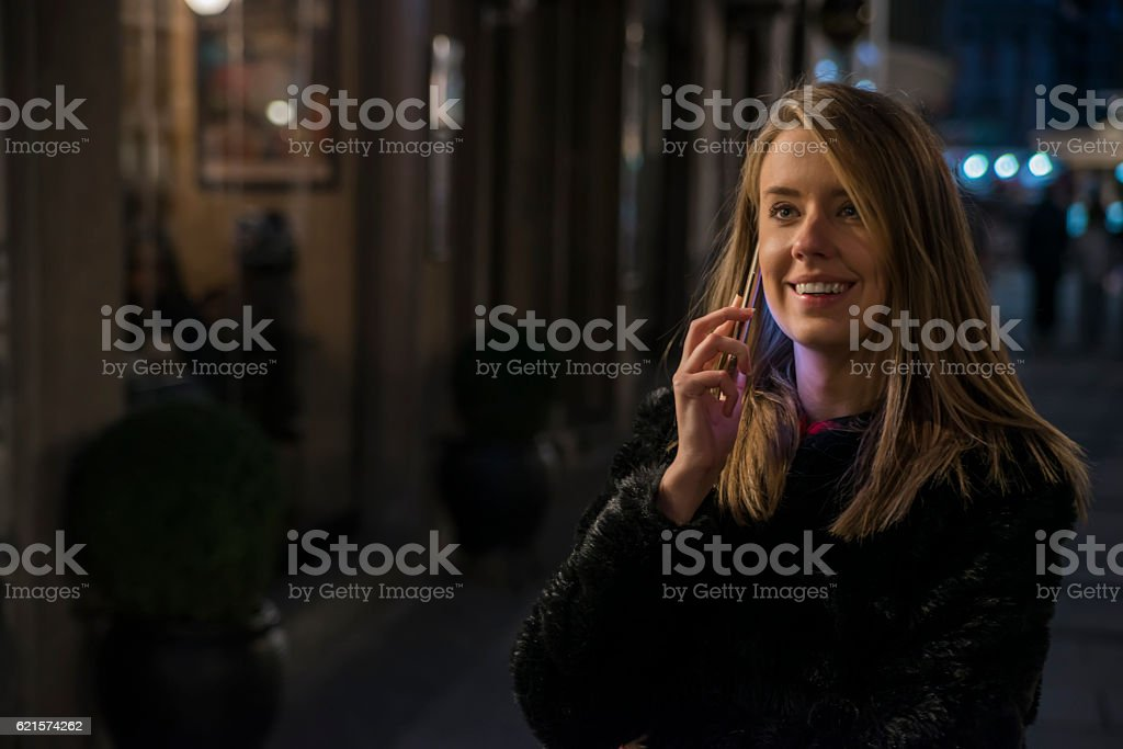 Woman using mobile phone in the city, night light background photo libre de droits
