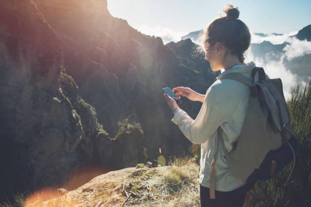 Frau mit Handy in der Wildnis – Foto