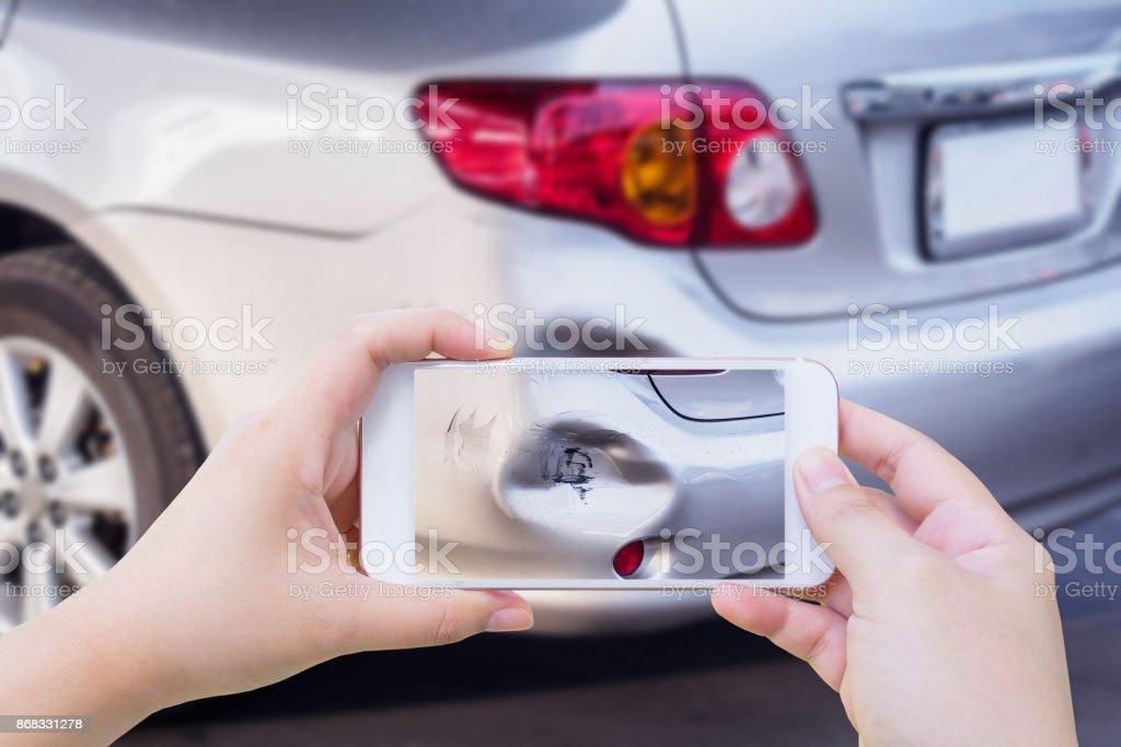 Frau, mit mobilen Smartphone Aufnahme der Autounfall Versicherung beschädigt – Foto