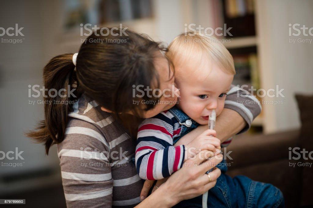 Frau mit nasalen Absauganlage für baby – Foto