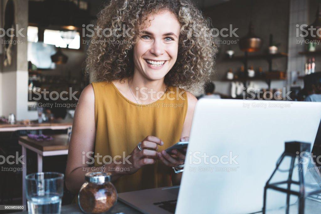 Frau mit Telefon im Straßencafé – Foto