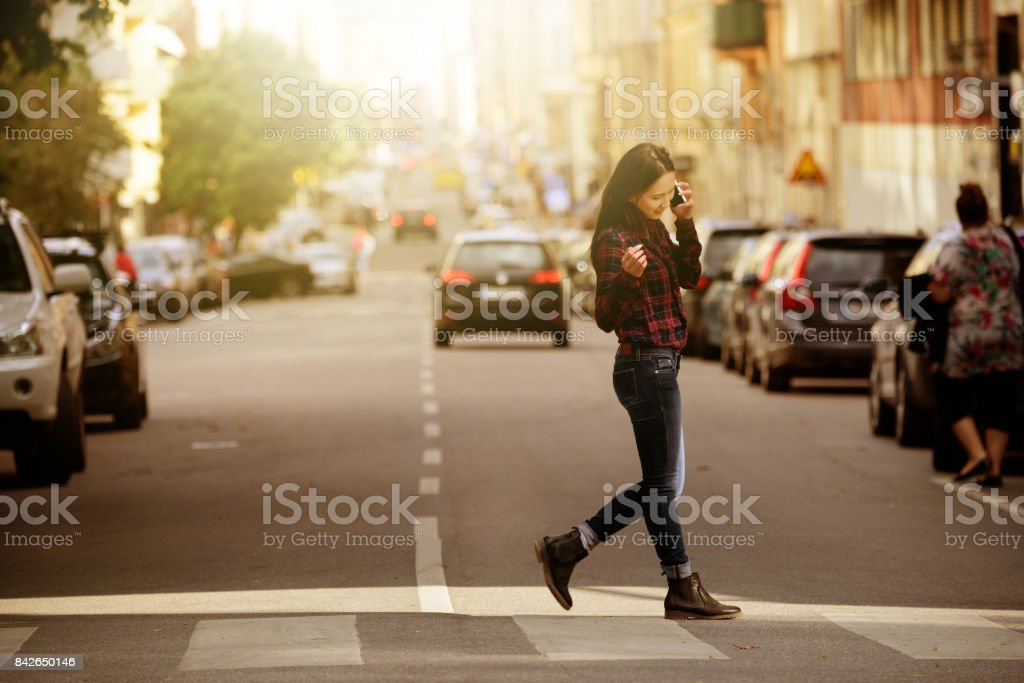 Frau mit Telefon, Stockholm Stadtstraße im Hintergrund – Foto