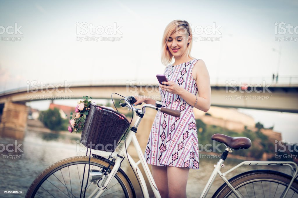 Frau mit Rent-a-Bike in großen Stadt an Donau Lizenzfreies stock-foto