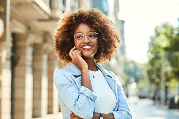 şehirde kaldırım, akıllı telefon kullanan kadın - gözlük stok fotoğraflar ve resimler