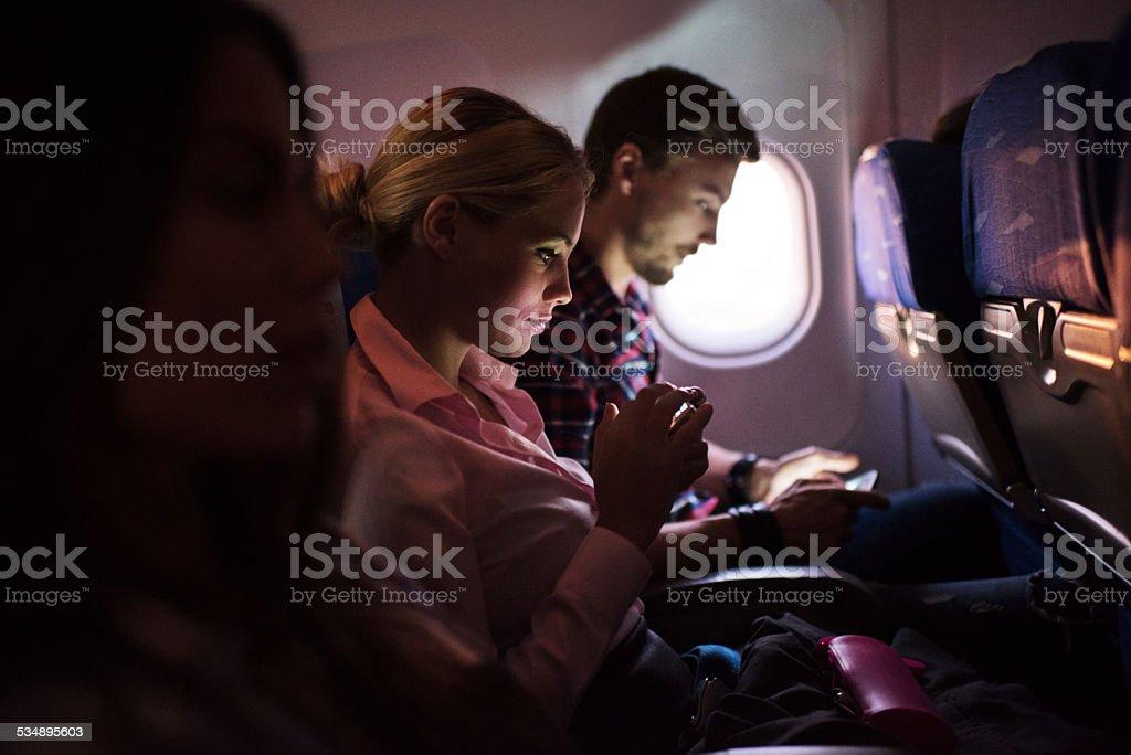 Frau mit Smartphone im Flugzeug. – Foto