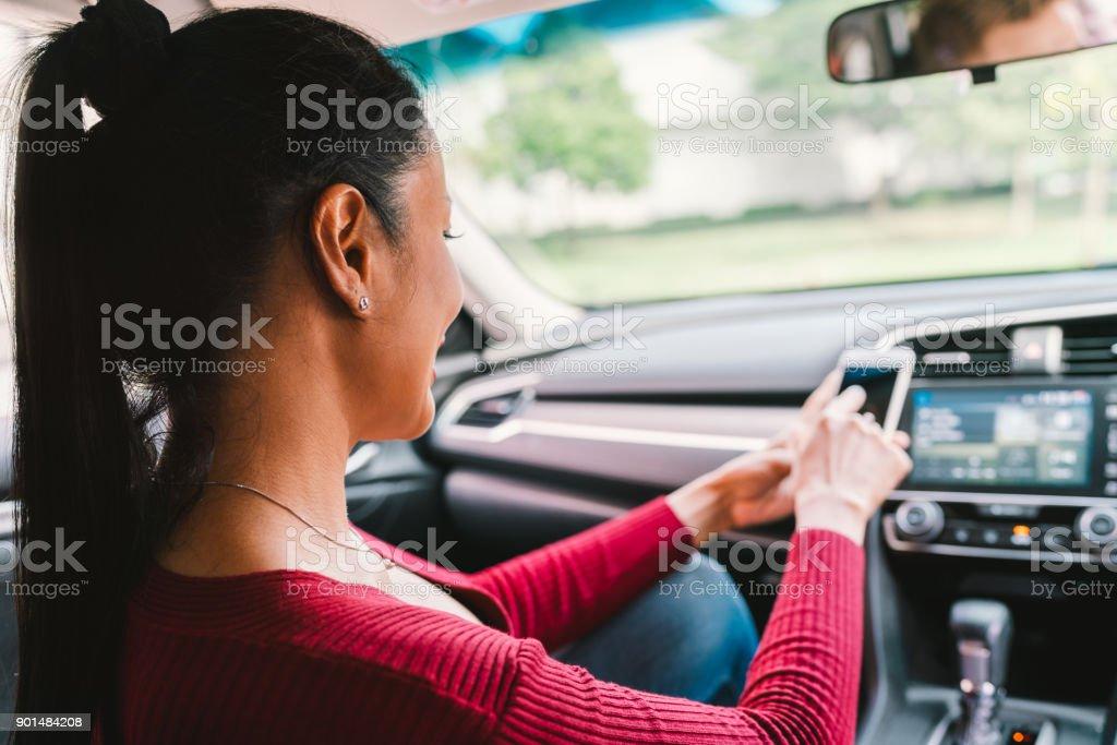 Mulher usando smartphone app em carro moderno. Aplicativo de telefone móvel, tecnologia de dispositivo de navegação de mapa, transporte ou conceito de táxi de crowdsourcing - foto de acervo