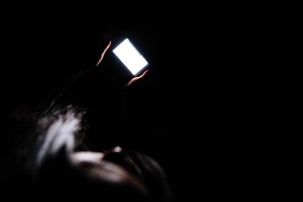 Frau mit Smartphone nachts – Foto