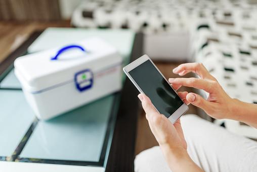 Frau Mit Smartphone Für Den Kauf Von Drogen Onlineapotheke Stockfoto und mehr Bilder von Am Telefon