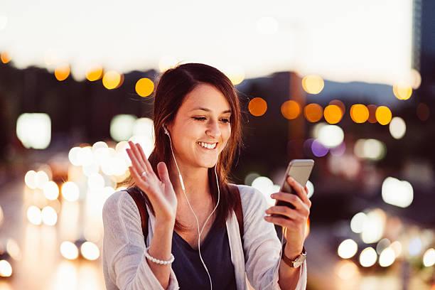 frau benutzt smartphone für video an - hello stock-fotos und bilder