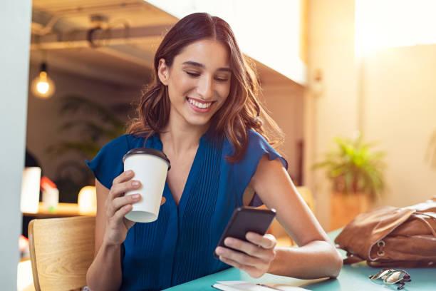 使用智慧手機的婦女 - 年輕成年人 個照片及圖片檔